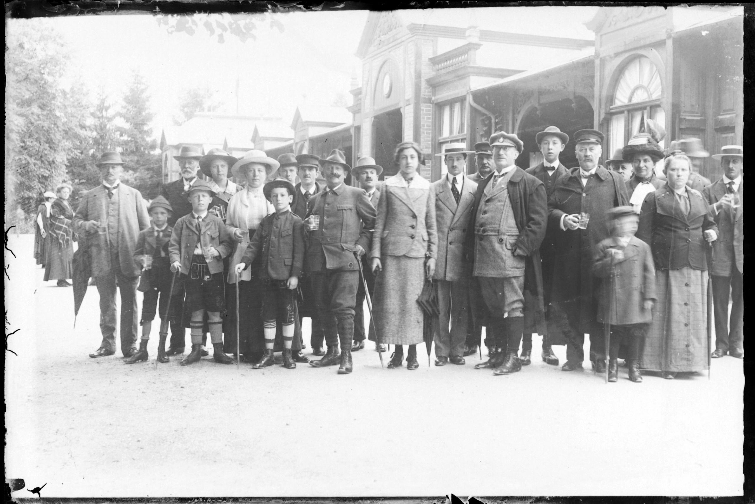 Kurgäste vor der alten, hölzernen Wandelbahn (um 1925, Marey)