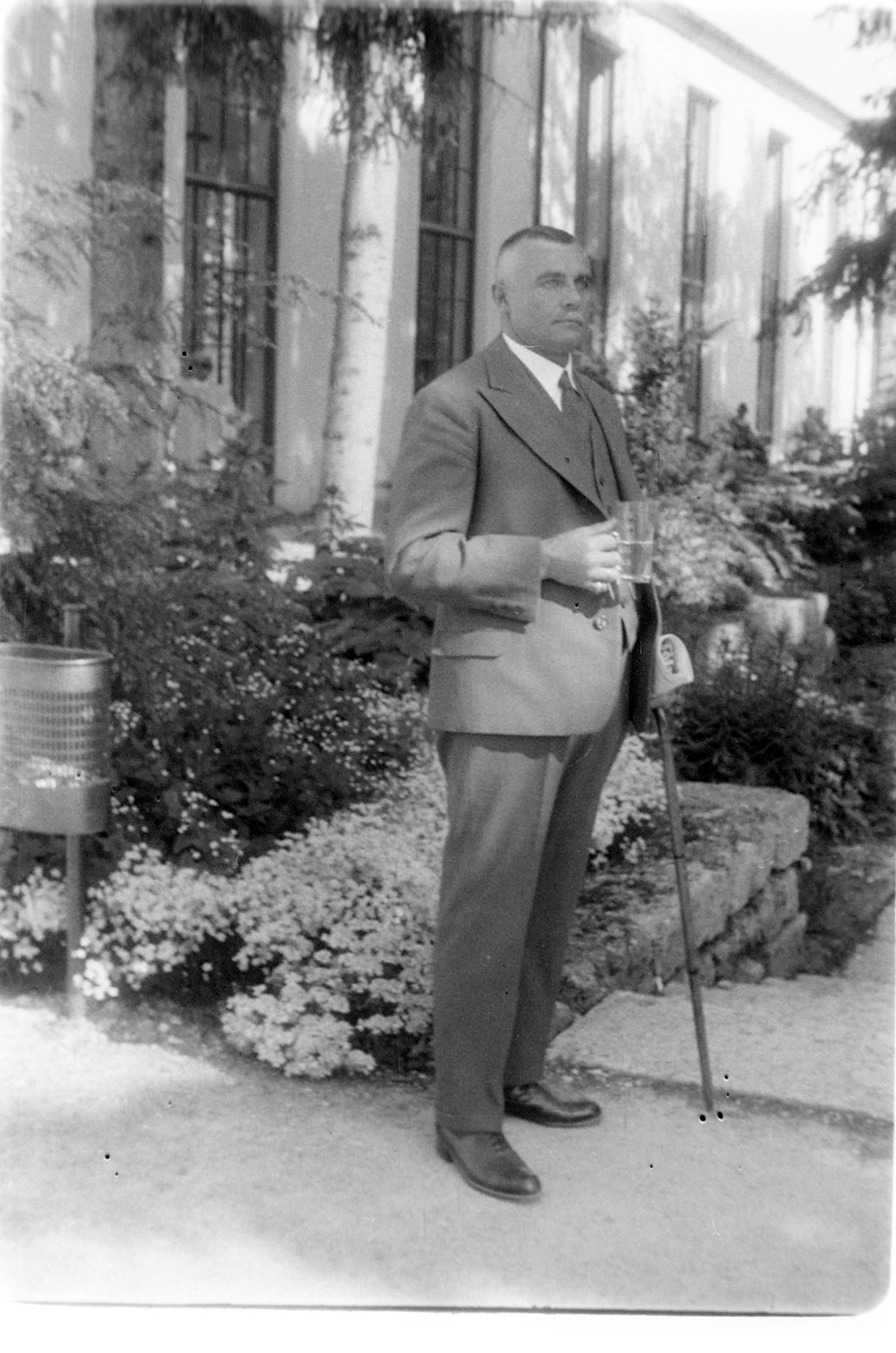 Herr bei Trinkkur im Park der neuen Wandelhalle (Marey, nach 1930)