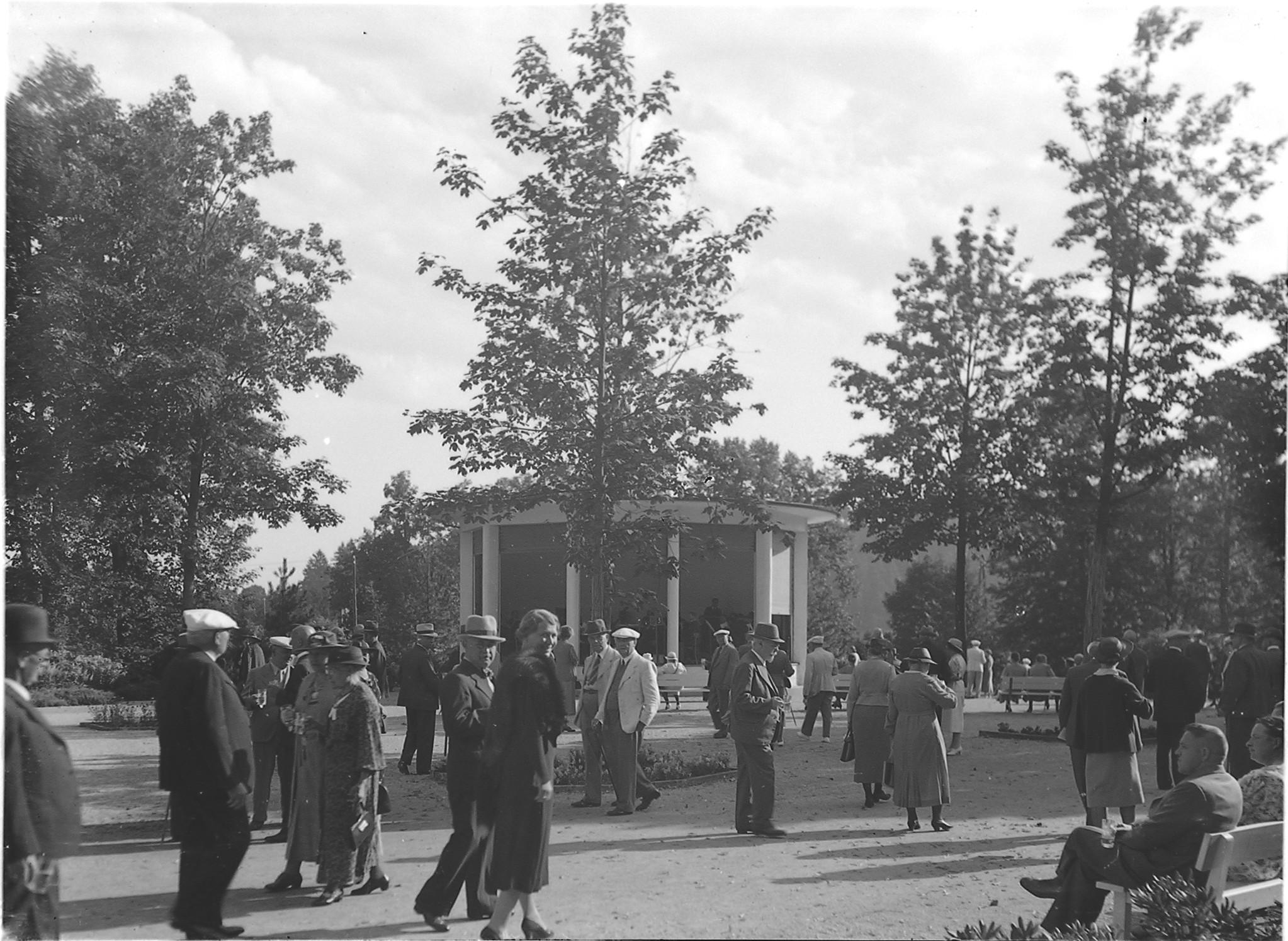 Jodwassertrinken im Kurpark (Marey, um 1930)