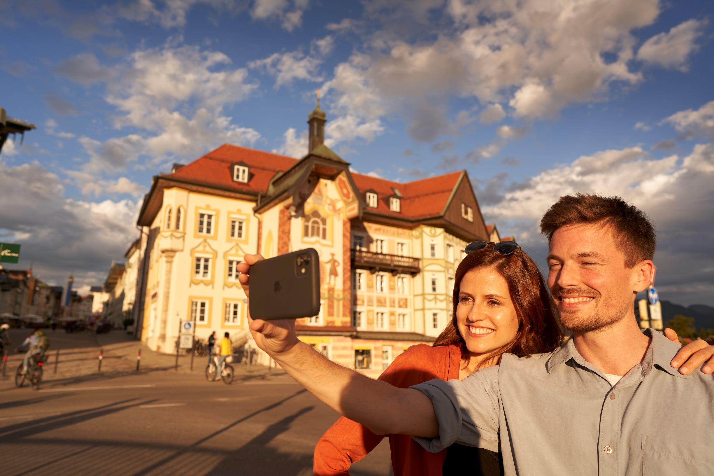 Pärchen mit Stadtbild Bad Tölz im Hintergrund