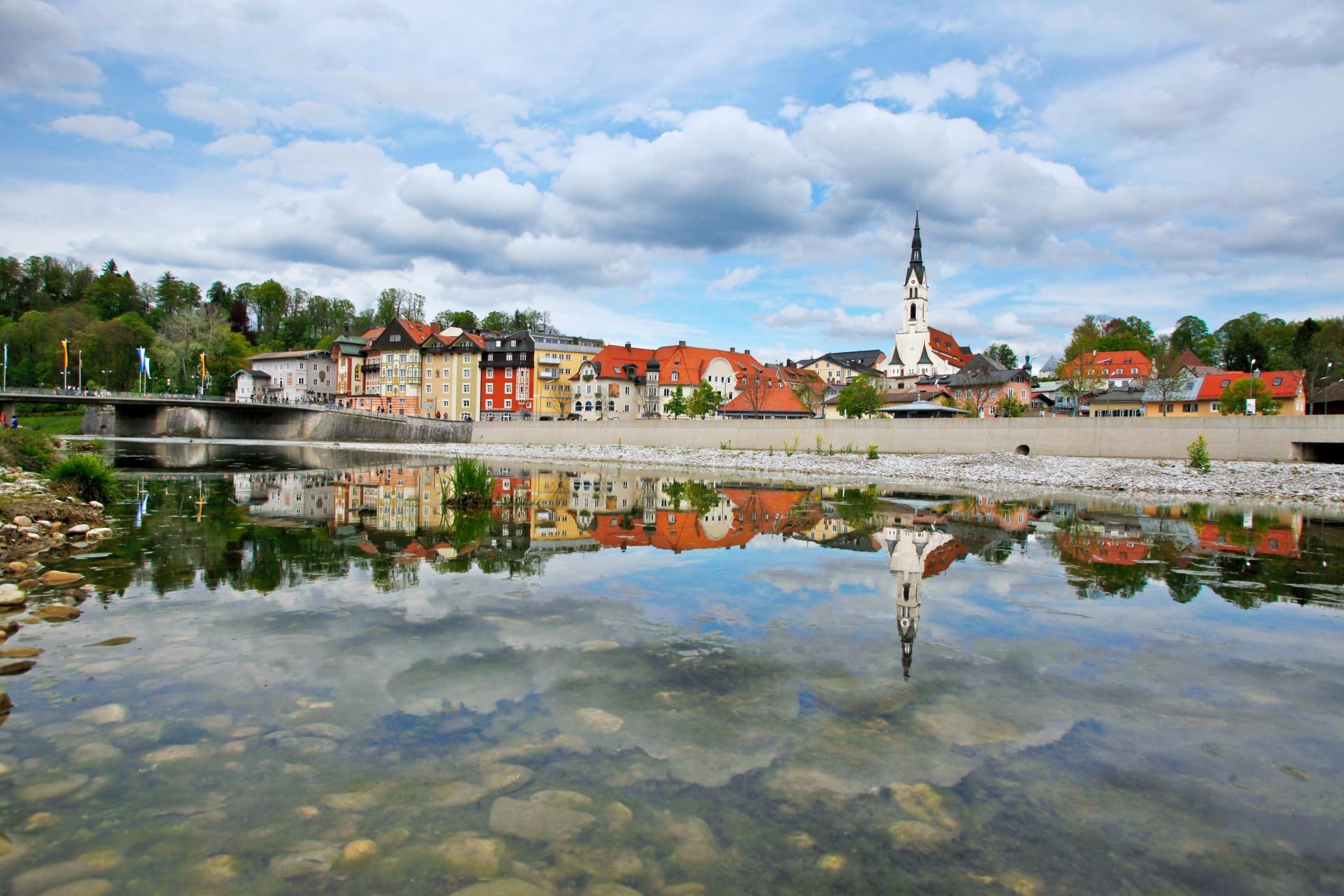 Stadtbild Bad Tölz von der Isar aus