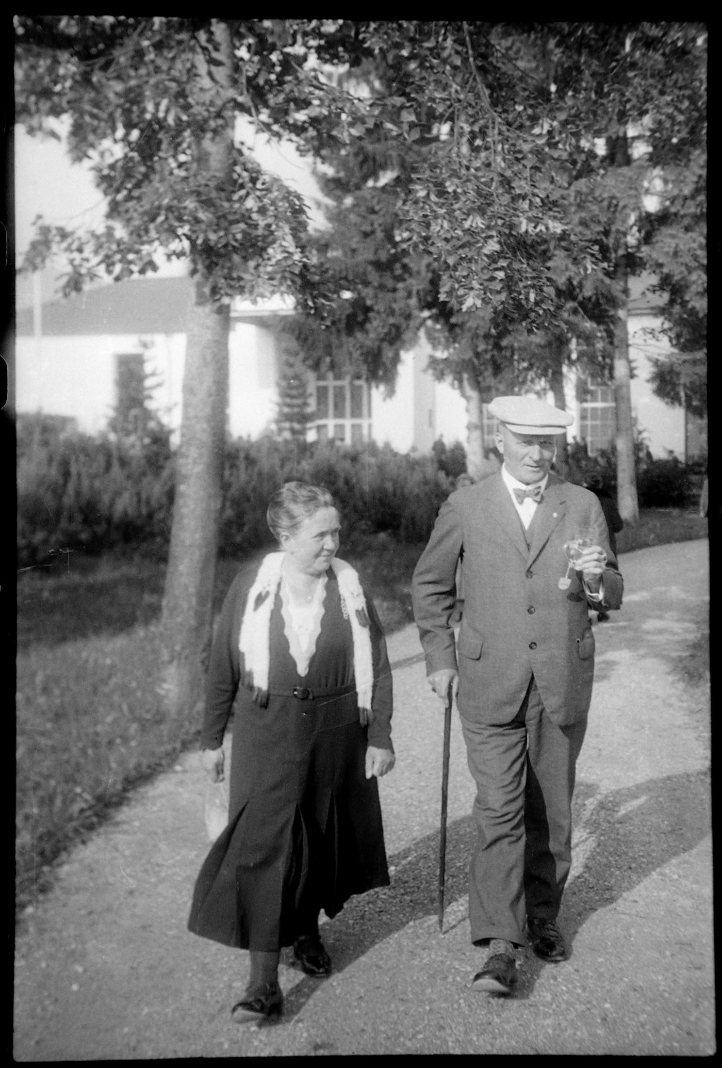 """""""Wandeln"""" & Jodwassertrinken - die Grundpfeiler der Jodkur (Marey, nach 1930)"""