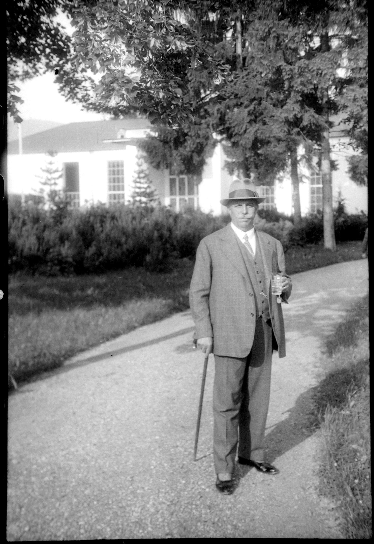 Kurgast im Park der neuen Wandelhalle (Marey, nach 1930)